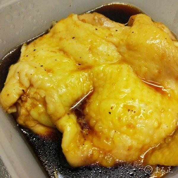写真 特製ダレに付け込んだ鶏もも肉
