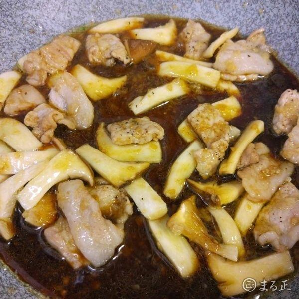 写真 豚肉とエリンギを醤油ベースのソースで炒める