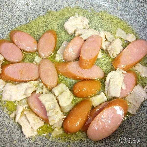 ソーセージとエリンギを炒めます。