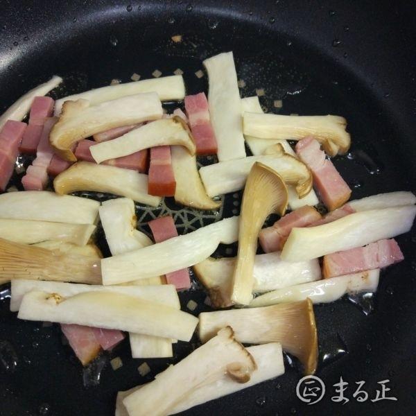 写真:エリンギを追加して更に炒める