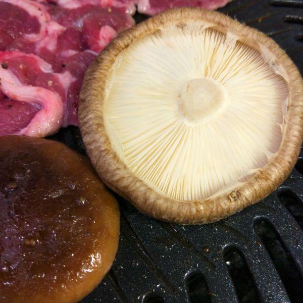 写真:椎茸を焼く