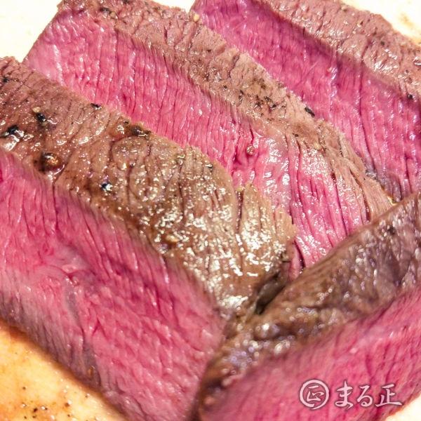 写真:ステーキ肉を厚めに斜め切りにします