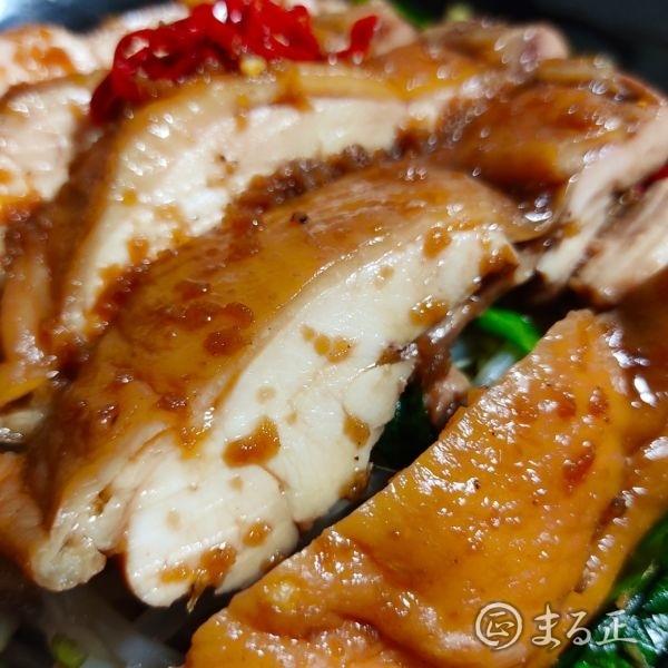 写真:蒸し鶏のニラだれ漬け丼