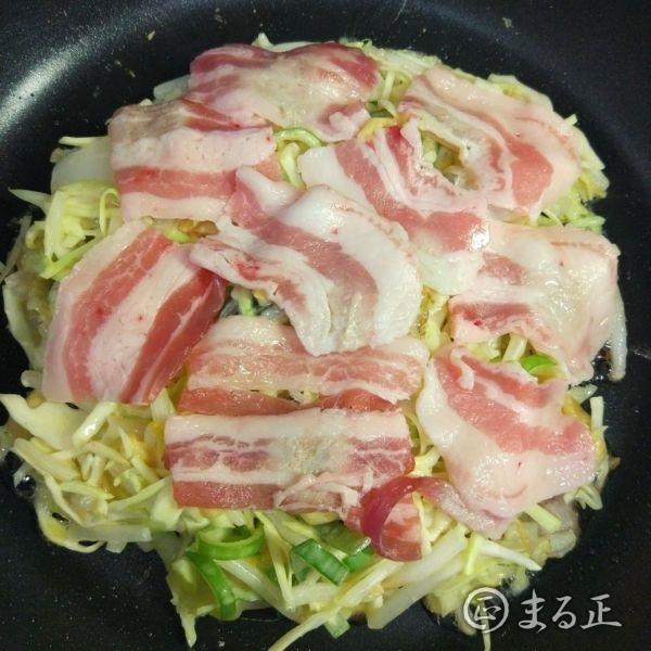 写真:生地を広げて豚肉を敷き詰める