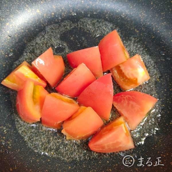 写真:トマトを炒めます