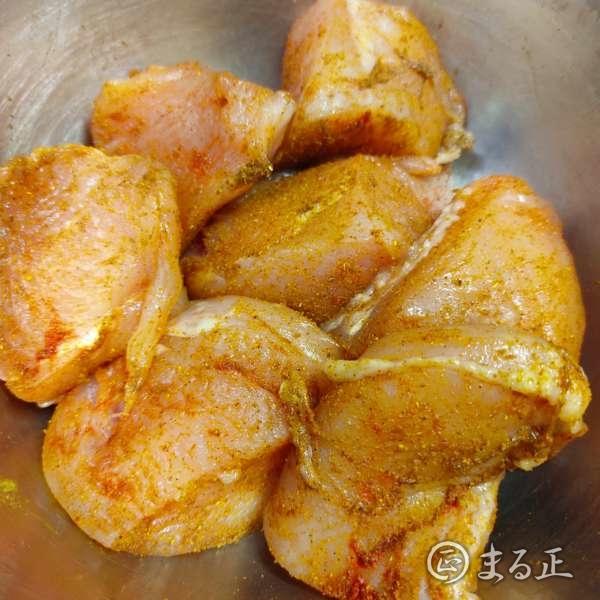 写真:鶏肉にスパイスを絡めます
