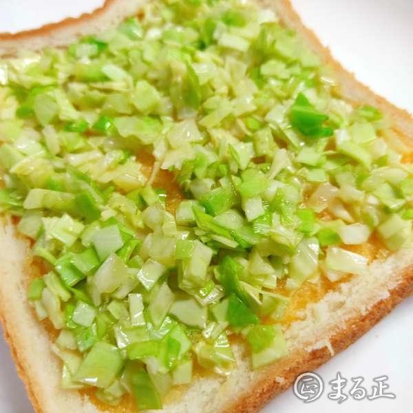 写真:トーストの上にキャベツと溶き卵を敷き詰めます