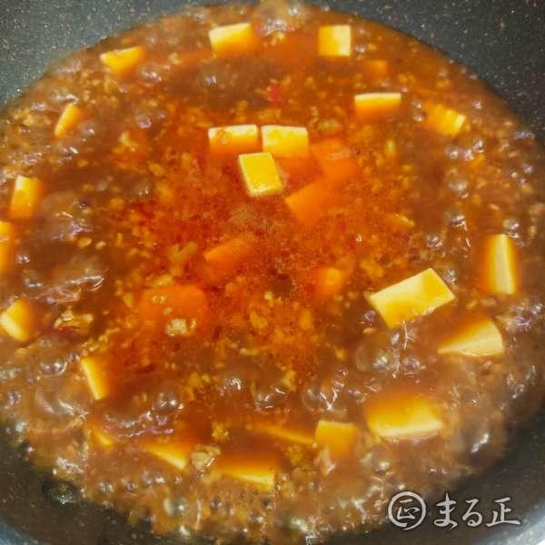 写真:豆腐を加えて煮込みます