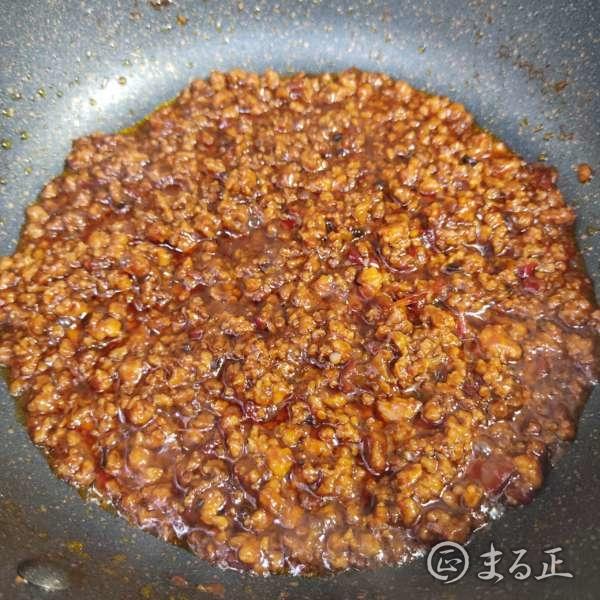 写真:合わせ調味料とひき肉をしっかり煮込みます