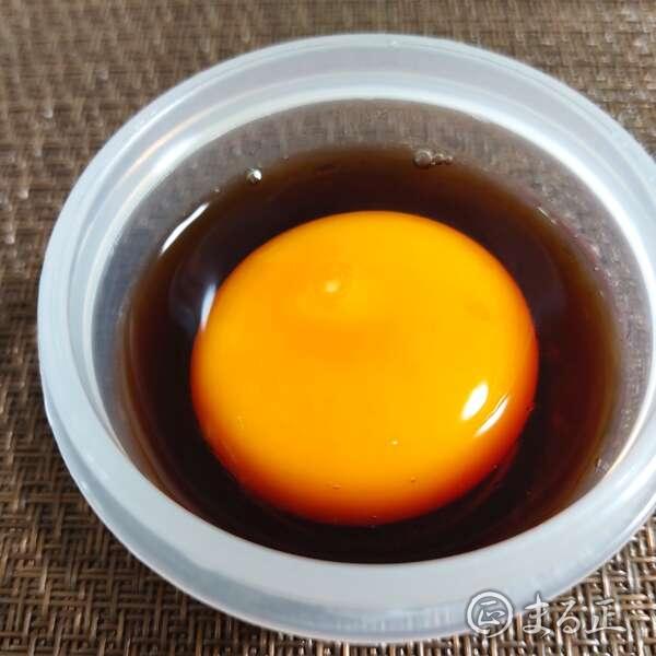卵の黄身を麺つゆに漬け込みます