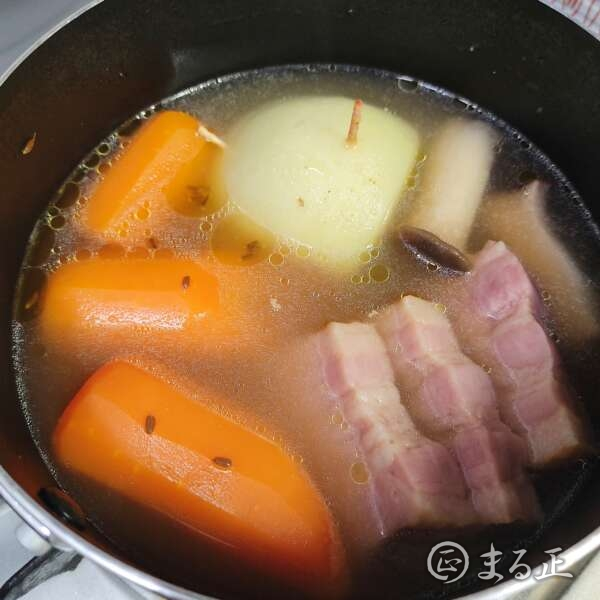 写真:野菜をコンソメスープで煮込みます