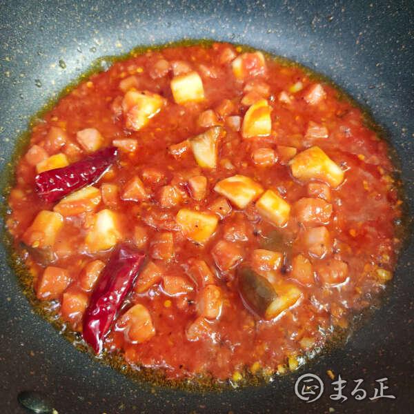 写真:ケチャップとオレンジジュースを加えて煮込む