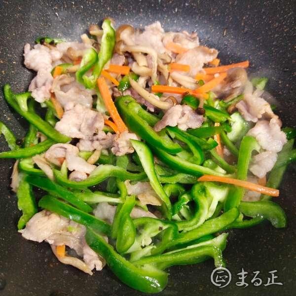 豚肉や野菜を炒めます