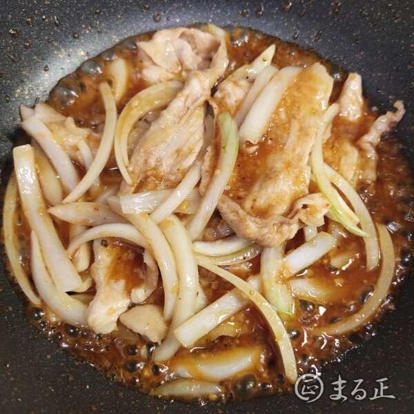 生姜焼きのタレを加えて絡めます
